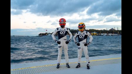 元F1チームのメカニックを務めた津川さん、ガスリーと角田のドライビングを説明