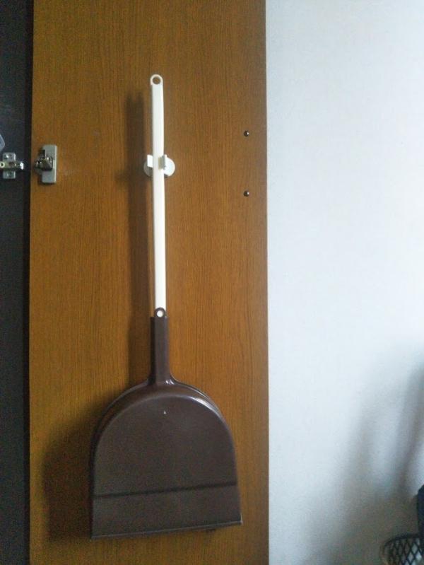 玄関下駄箱収納ほうきちりとりダイソーワンキャッチ (1)