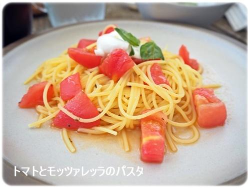 トマトとモッツレラのパスタ