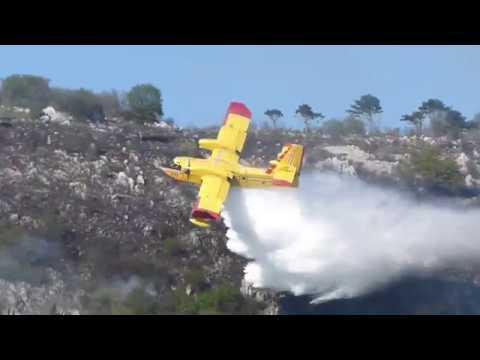斜面スレスレを飛んで山火事を空中消火する飛行機が凄い!