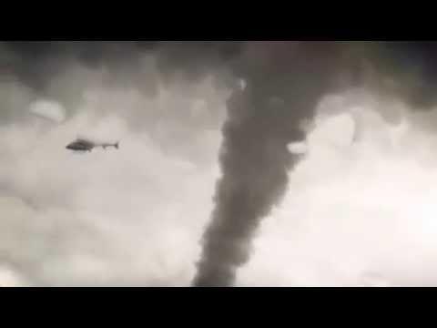 竜巻に巻き込まれるヘリコプター_01