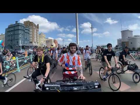 自転車でライブをするDJ_01