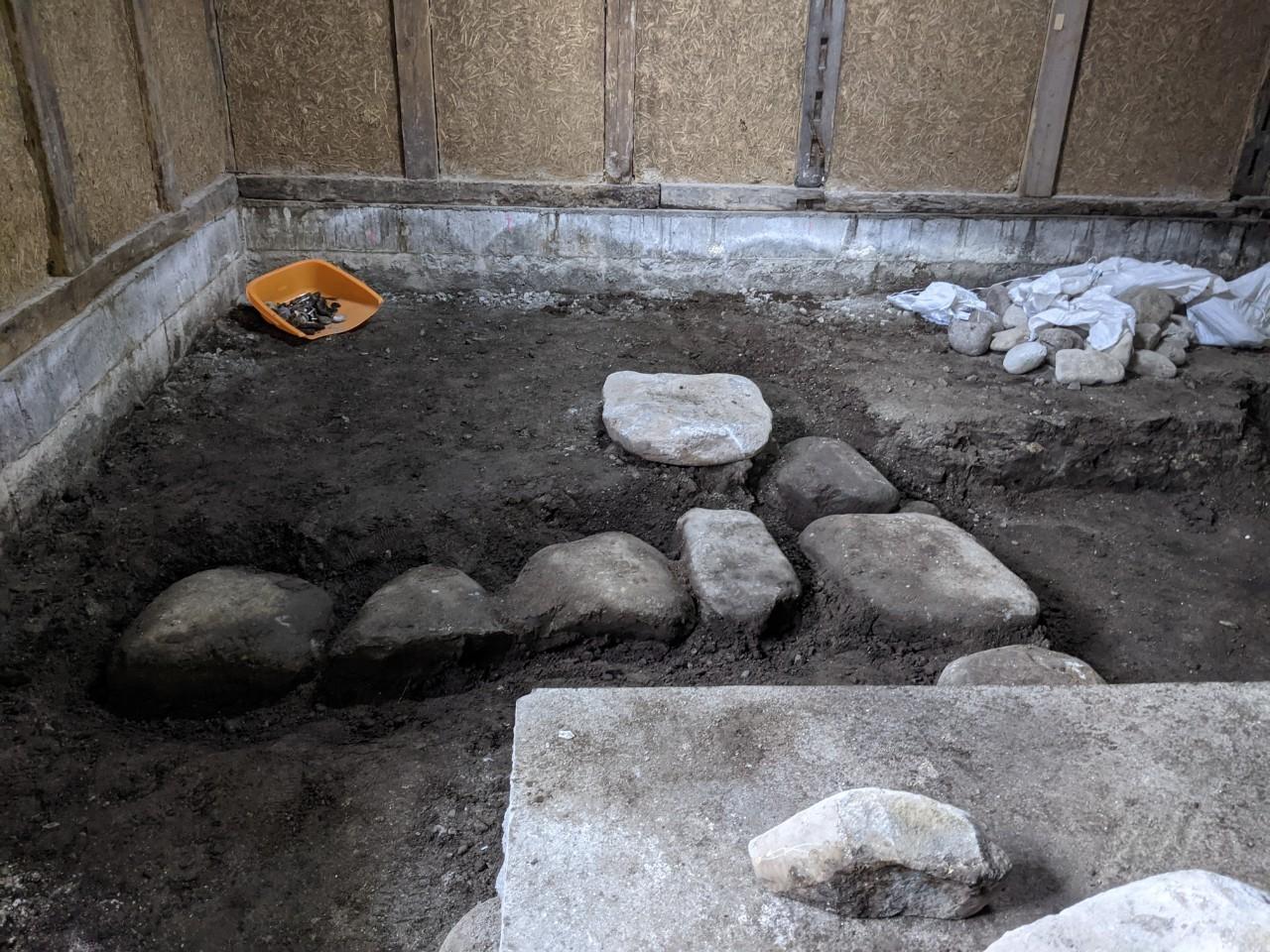 門横の納屋の工事。江戸時代の馬小屋の遺構