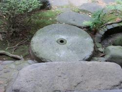 旧朝倉家住宅 石臼を使った庭石 三田用水跡散策5