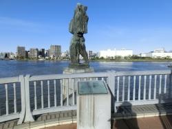 中央大橋 彫像 新川散策5