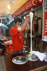 トルコアイスクリームを作っている様子 Wikipedia