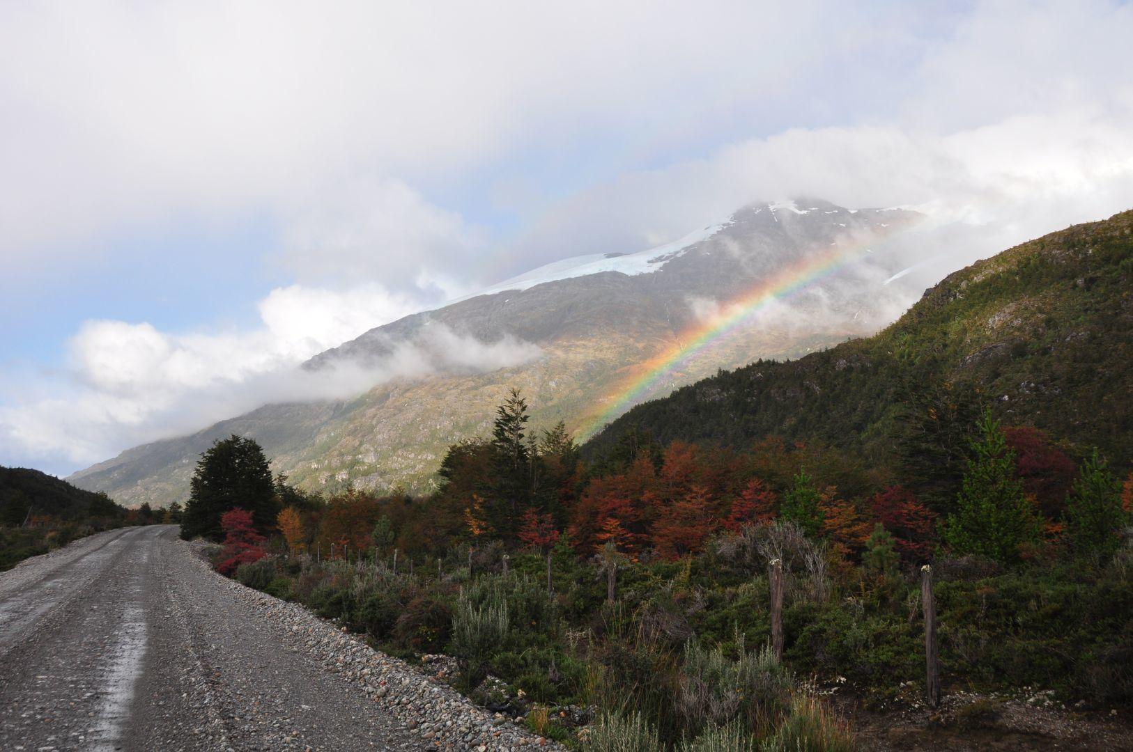un arco iris encima del glacier