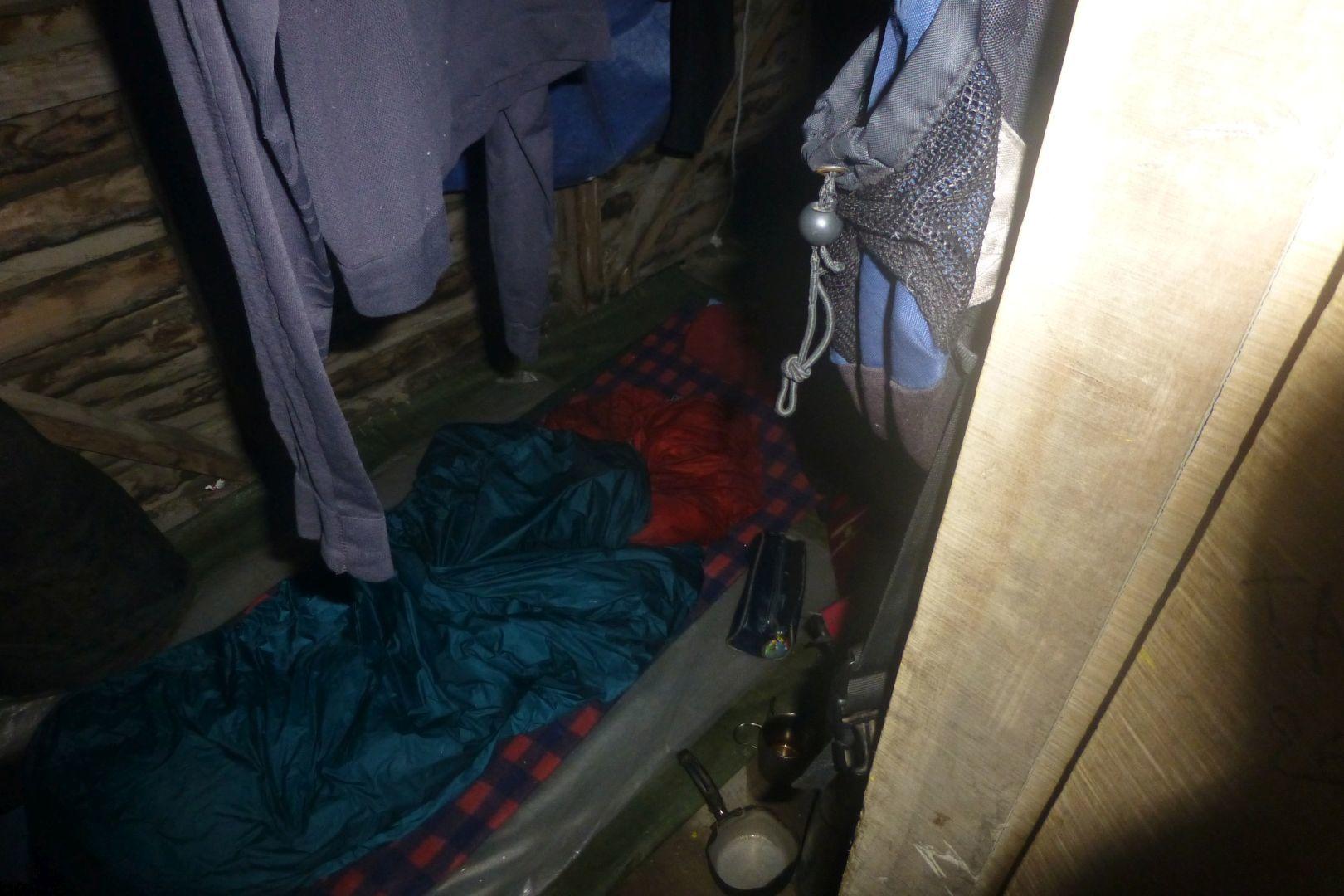 en una casita pequenita en medio de lluvia pesada