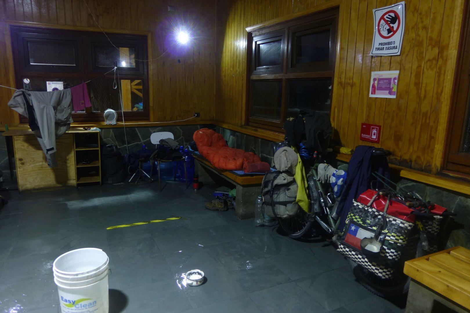 en un refugio para pasajeros de barco