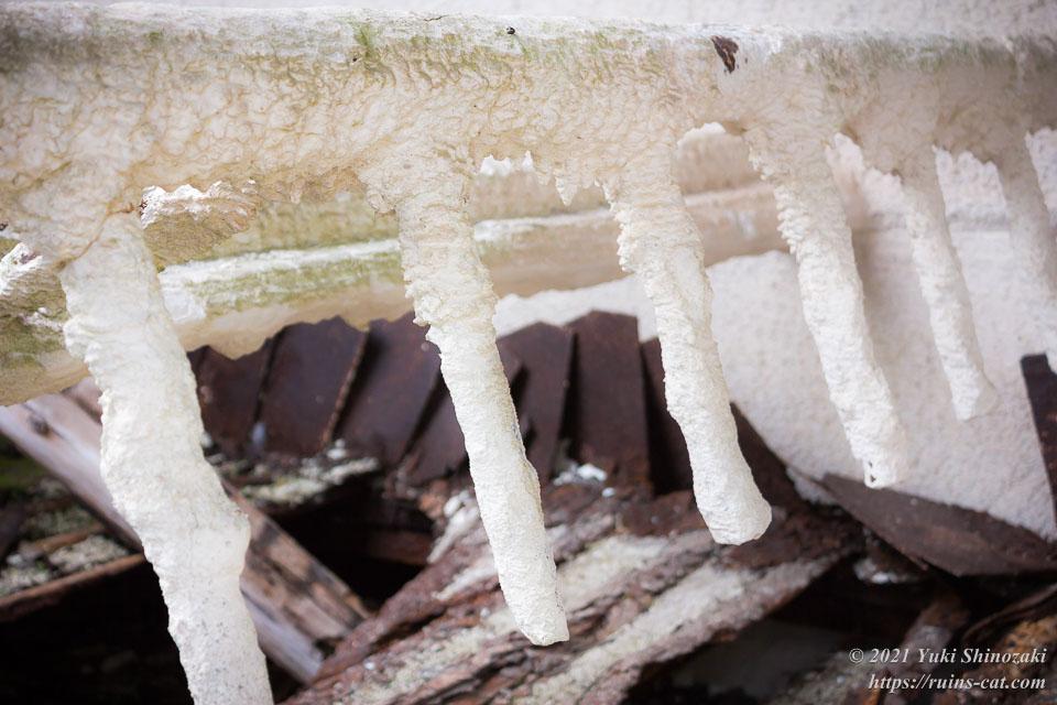 石灰で完全にコーティングされてしまった鋼管