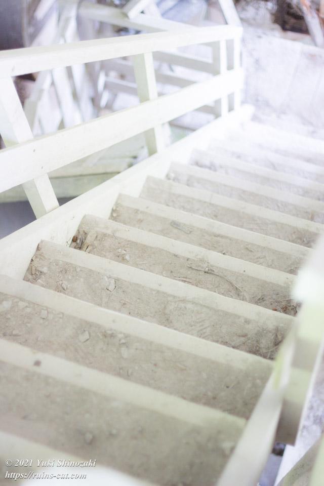 白亜の通路へと続く階段