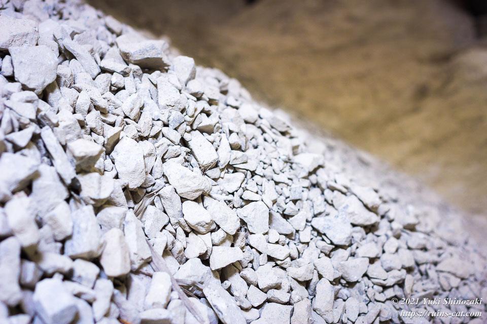 山と積まれた石灰石