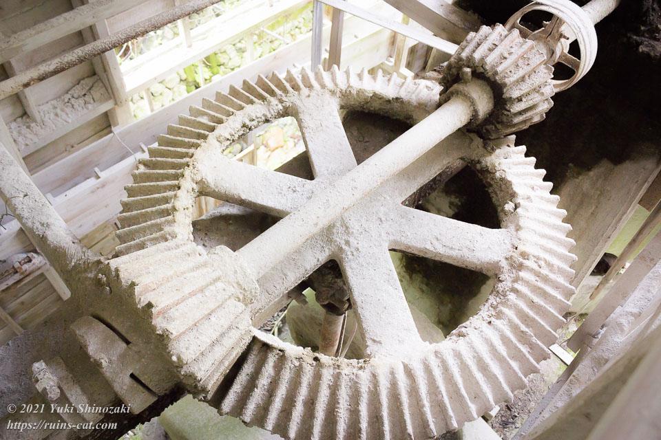 石灰石破砕のための動力を伝える巨大歯車