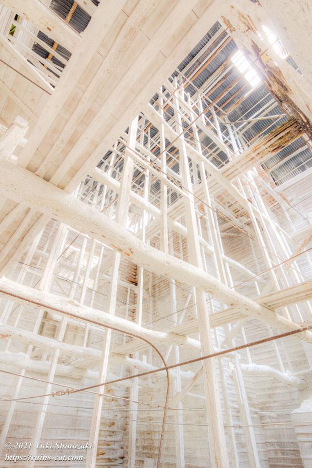 「白の部屋」の高い天井を支える、白い木の骨組み