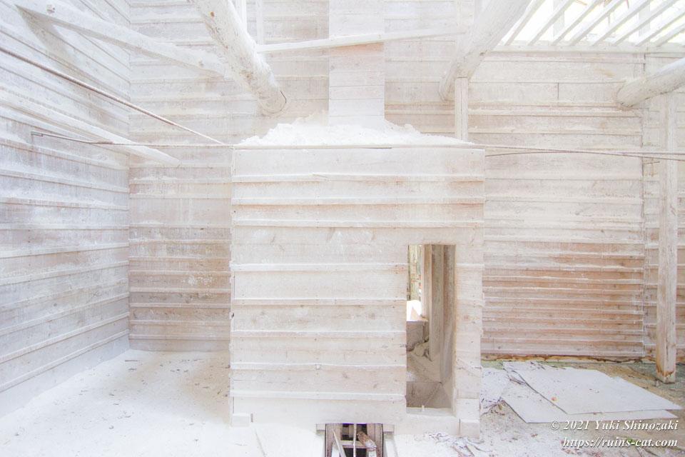 「白の部屋」の出入口