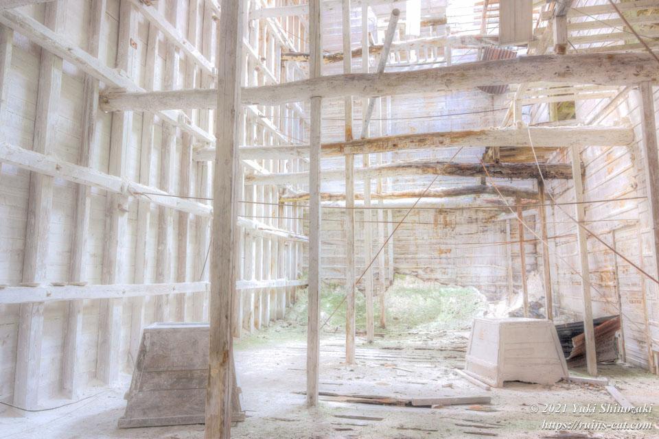 「白の部屋」に隣接する、別の白い部屋。往時はここに石灰が貯蔵された。