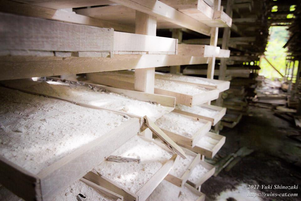 乾燥棚に残されたままの石灰