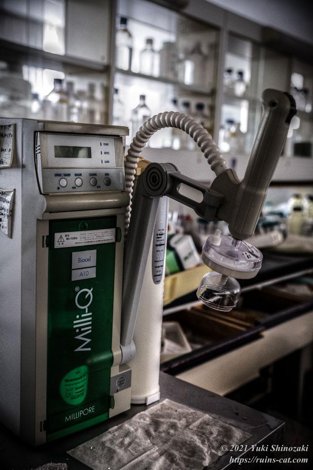 実験台の片隅に置かれたミリQの製造装置