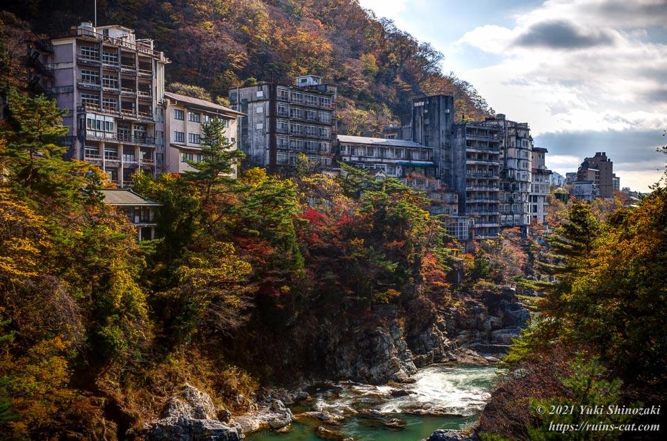 滝見橋から見える鬼怒川温泉の廃墟ホテル群