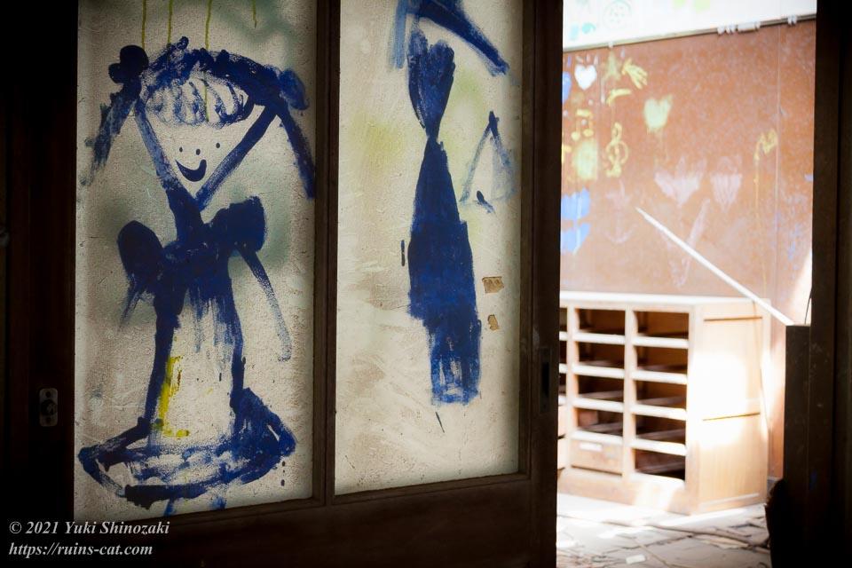 教室の入口のガラスに描かれた女の子の絵