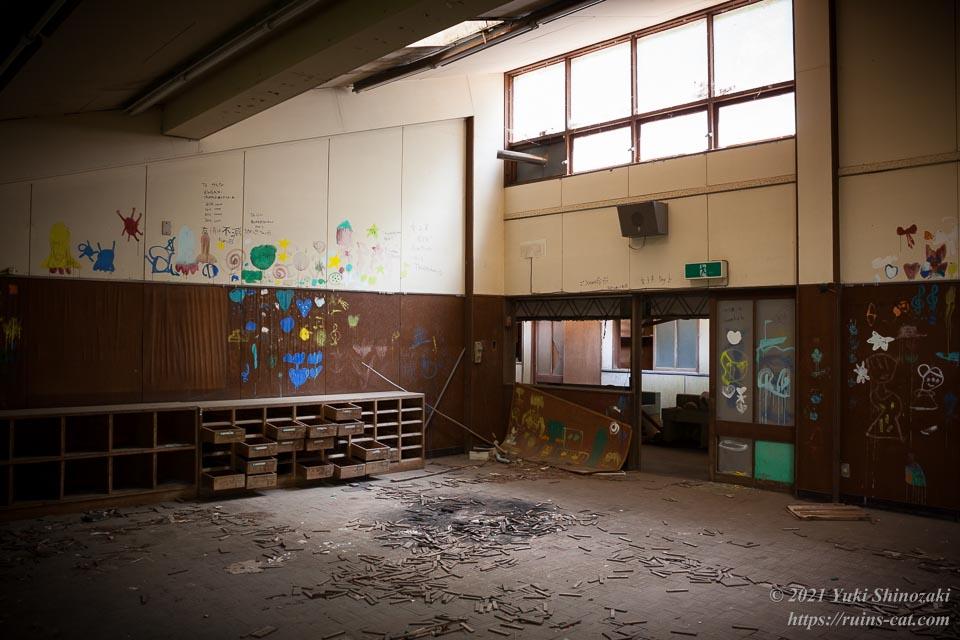 園児たちの落書きで壁が埋め尽くされた教室