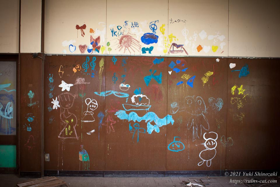 教室の壁に溢れかえる園児たちの落書き